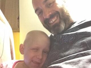 Hayley, la bimba con una sola ciglia, sconfigge il cancro e torna a casa per Natale