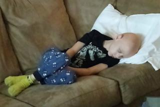 """""""Vi mostro la dura realtà"""": il papà posta le strazianti foto del bimbo malato di cancro"""