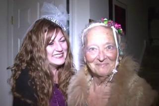 Dee, la damigella d'onore più anziana: a 85 anni sfila sulla navata prima della sposa