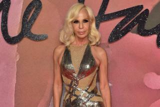 Addio frangia: nuovo look da Diva per Donatella Versace