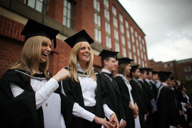 Come vestirsi per la laurea: i look per non sbagliare
