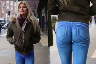 Passeggia nuda tra le strade di Londra: il jeans è disegnato sul suo corpo con la body art