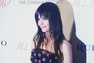 Frangia e abito in tulle: Katie Holmes come una principessa sul red carpet