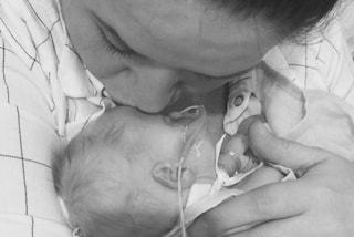 Troppo piccola per sopravvivere: l'ultimo straziante abbraccio della mamma alla figlia