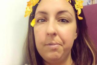 La blogger si sveglia con una paralisi facciale ma continua a creare tutorial di make-up