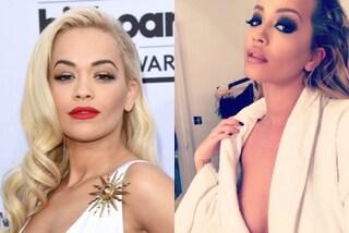 Rita Ora e il dettaglio hot, la cantante in posa sexy rivela il seno nel camerino
