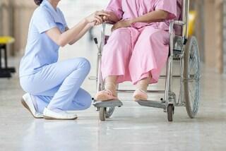 Torna a camminare dopo 12 anni, una malattia rara l'aveva paralizzata