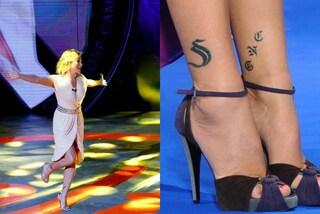 """Simona Ventura in rosa a """"Selfie"""": l'abito corto rivela il tatuaggio dedicato a Bettarini"""