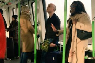 Corre in aeroporto con il vischio tra le mani: il regalo di Natale più romantico al mondo