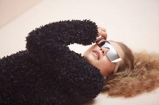 Capelli mossi e occhiali scuri da diva: Gigi Hadid è ancora una volta il volto di Max Mara