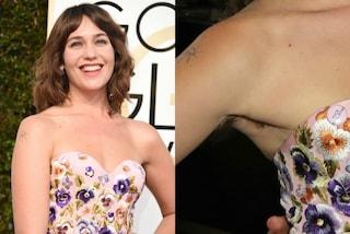 Lola Kirke ai Golden Globes 2017: l'abito scollato rivela i peli sotto le ascelle