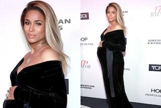 Ciara con il pancione sul red carpet: la cantante bellissima in dolce attesa