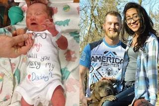 """""""Vuoi sposare papà?"""": la proposta sulla tutina del figlio appena nato"""