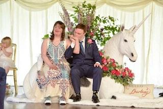 """""""Ci amiamo come tutti gli altri"""": Polly e Joe, i neo sposi affetti dalla sindrome di Down"""