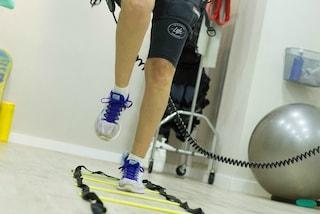 A causa di un ictus rimane paralizzata a 19 anni: oggi Angel riesce di nuovo a camminare