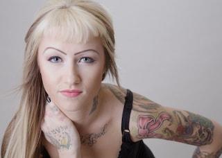 Tatuaggio fiocco: significati, stili e idee da realizzare