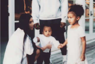 Il ritorno di Kim sui social: niente nudi e foto sexy, la Kardashian posa con i figli