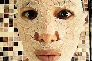 La maschera viso in pizzo che spopola tra le star