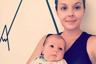 """""""E' stato bellissimo"""": la mamma prende il bimbo con le sue mani durante il parto cesareo"""
