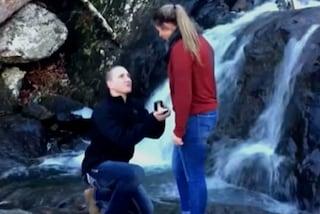 Proposta di nozze vicino alla cascata: l'anello cade in acqua e va perduto