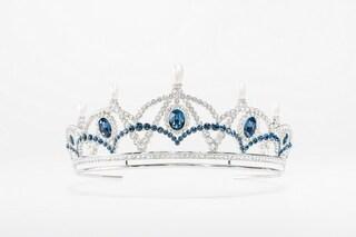 Karl Lagerfeld collabora con Swarovski e disegna la tiara ricoperta da 394 cristalli