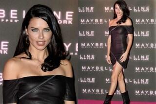 Adriana Lima in versione rock: l'abito in pelle e zip esalta le forme perfette