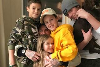 Abbracci e selfie di famiglia: così i Beckham trascorrono la domenica