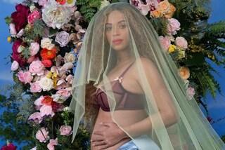 Reggiseno trasparente e slip con i volant: Beyoncé annuncia la gravidanza in intimo
