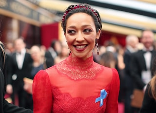 Oscar 2017: perché le star hanno indossato un nastro blu?