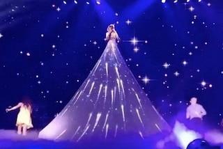 Abito luminoso e foto dei figli sullo sfondo: lo spettacolare show di Jennifer Lopez