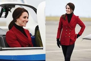"""Cappotto rosso e stivali bassi: Kate Middleton in versione """"aviatrice"""""""