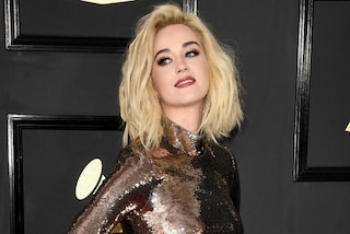 Il cambio look di Katy Perry ai Grammy 2017: capelli biondo platino sul red carpet