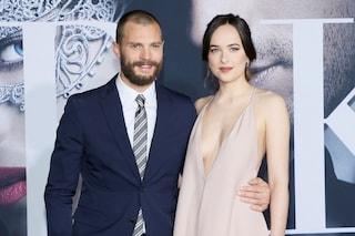 """La prima di """"50 sfumature di nero"""": Jamie cambia look, Dakota punta sulla scollatura"""