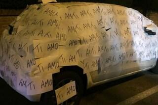 """Copre l'auto di """"Ti amo"""": la dichiarazione più romantica di sempre"""