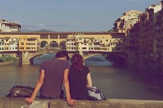 I giovani italiani ultimi romantici d'Europa: sesso in storie serie e incontri dal vivo