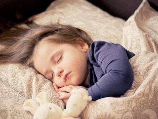Dormire poco aumenta il rischio di obesità nei bambini: ecco come farli riposare bene