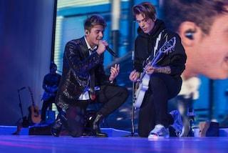 """Benji & Fede, look da """"ragazzi ribelli"""" sul palco del tour"""
