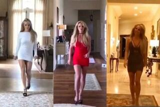 Britney Spears si improvvisa modella e sfila in casa con abiti sexy