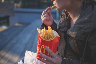 Le donne non mangiano patatine quando si sentono attratte dal partner: ecco perché