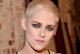 Taglio radicale per Kristen Stewart: l'attrice rasa i capelli a zero