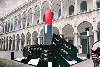 Un rossetto alto due piani alla Statale di Milano: l'installazione beauty al Fuorisalone