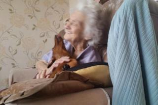 Ha 95 ed è malata di Alzheimer, l'unica che riesce a farla sorridere è Orla, la sua cagnolina