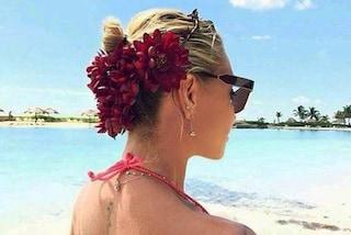 Corone di fiori e cappelli originali: Paola Barale all'Isola per Raz è più trendy che mai