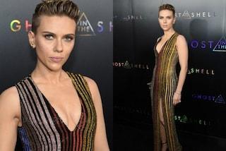 """Capelli corti e muscoli in mostra: il look """"da maschiaccio"""" di Scarlett Johansson"""