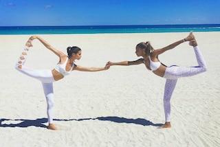 Lo yoga in spiaggia degli angeli di Victoria's Secret