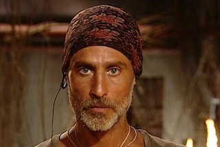 Raz Degan, il naufrago perfetto: bandana, cappello di paglia e muscoli in mostra