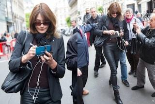 Carla Bruni con i leggings in pelle, l'ex première dame è rock