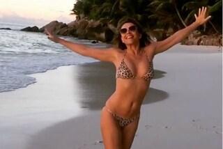 Elizabeth Hurley in bikini sui social: a 51 anni è ancora una bomba sexy