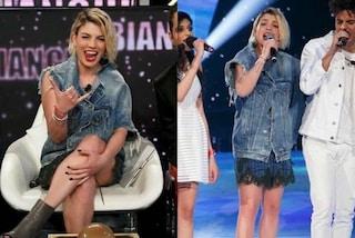 """Per il ritorno ad Amici Emma sceglie il """"jeans a metà"""": la giacca over ha una sola manica"""