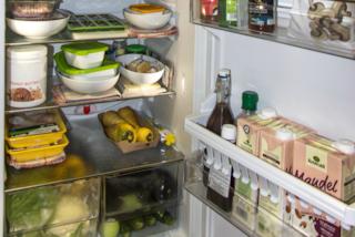 Conservi il latte nello sportello del frigo? Ecco perché sbagli